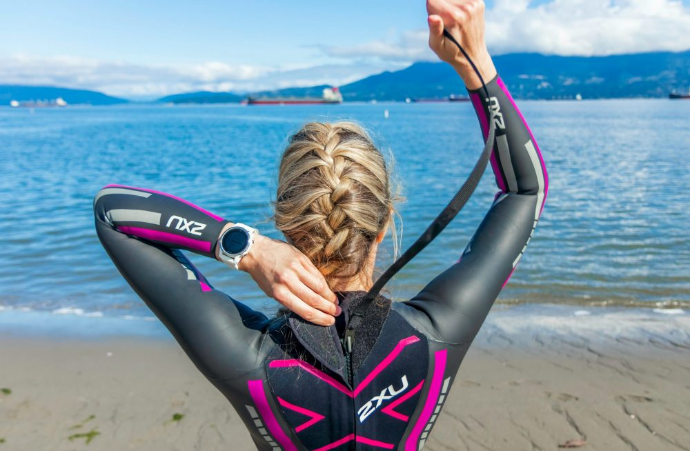 Femme en combinaison se préparant pour un triathlon